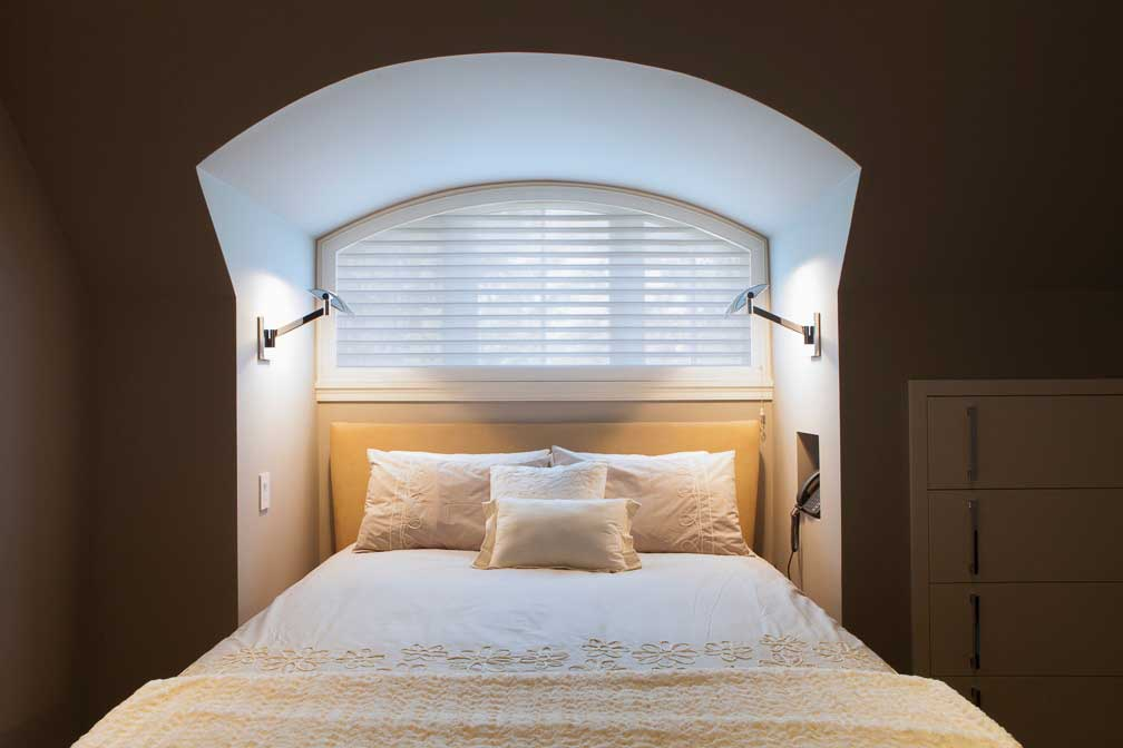 Image-of-bedroom-with-window-blinds-in-Oakville-Ontario